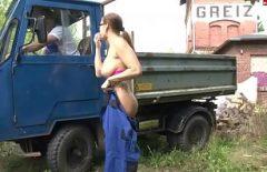Un Muncitor Pe Masina Mare Isi Fute Sefa In Gura