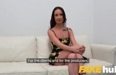 Bruneta Cu Tatele Mici Fututa In Pizda La Un Interviu