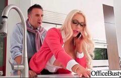 O Blonda Tocilara Vorbeste La Telefon Cand Se Fute